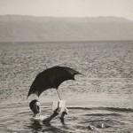 מוסיה לנגוצקי צף במי ים המלח